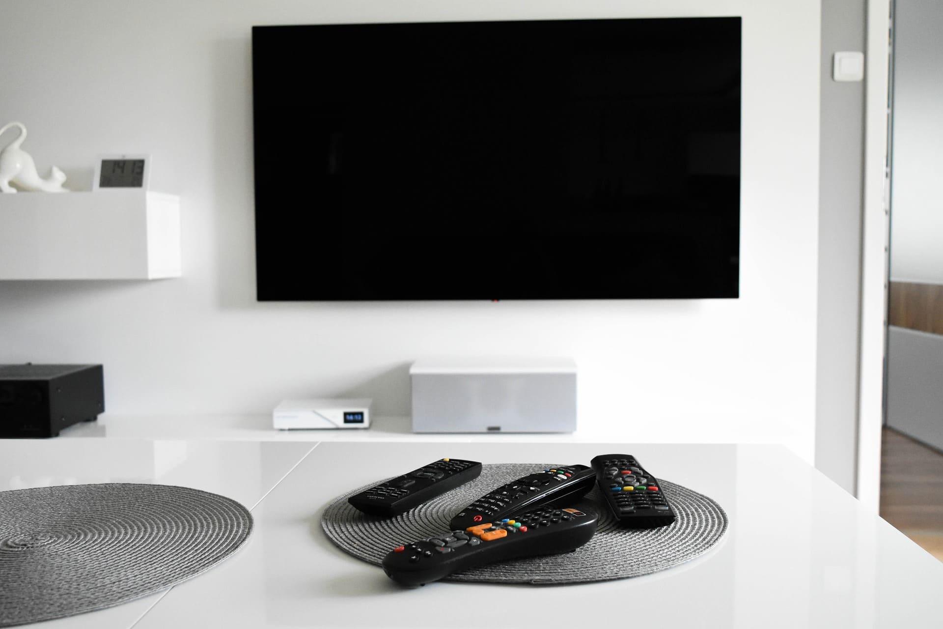 tv au milieu du salon