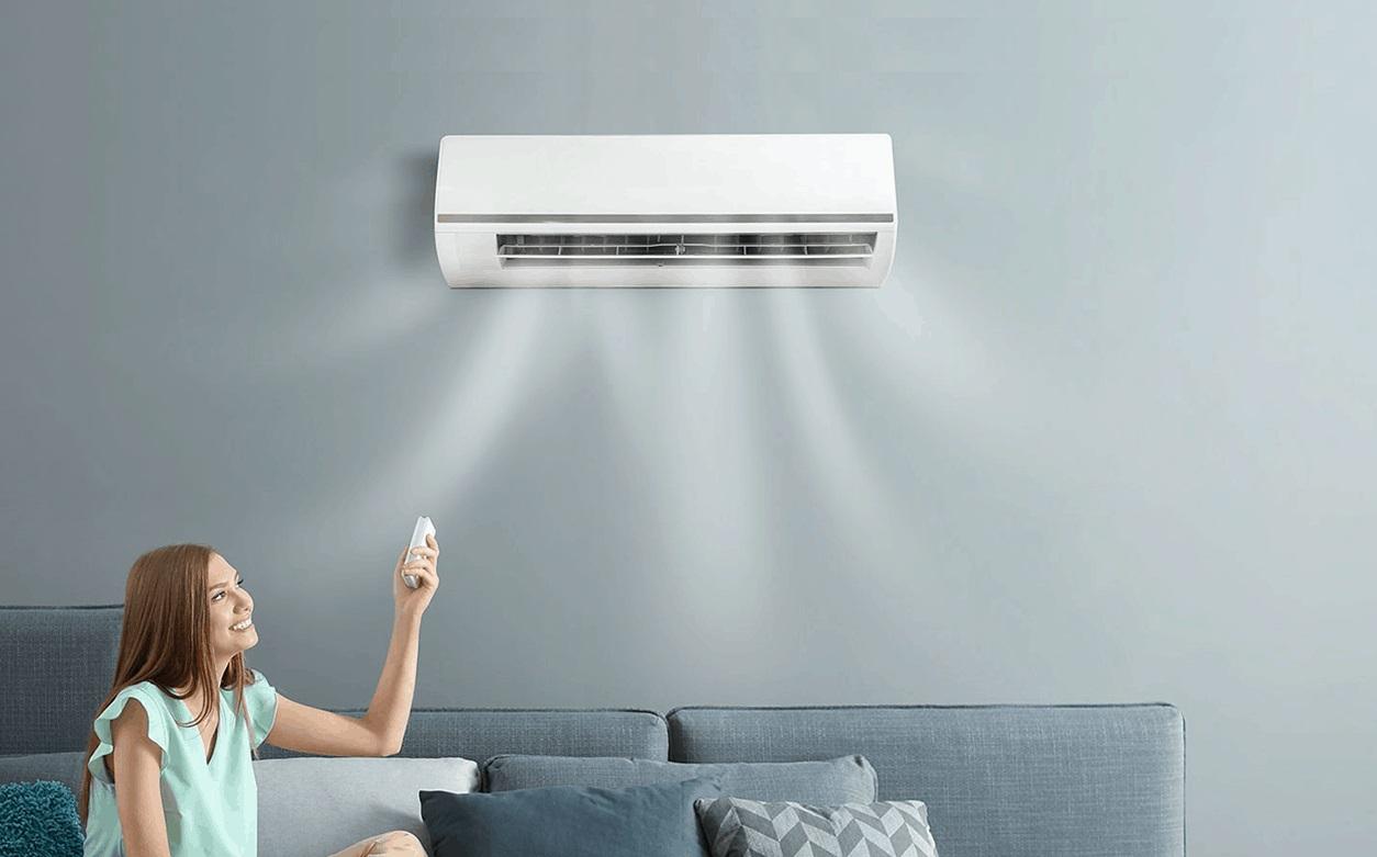 Une femme utilise une climatisation réversible